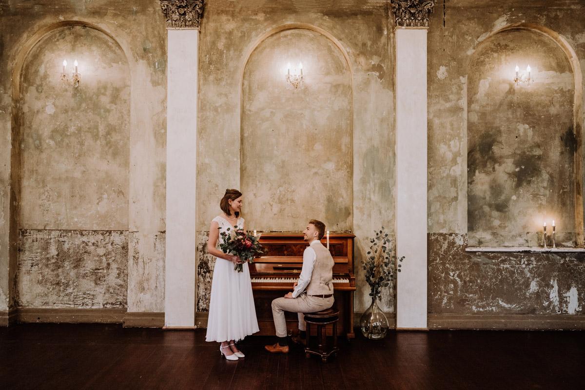 Paarfotoshooting Hochzeit - Standesamt Hochzeitsfotograf Berlin im Rathaus Spandau und im Ballsaal Studio auf Hochzeit zu zweit im Winter © www.hochzeitslicht.de #hochzeitslicht