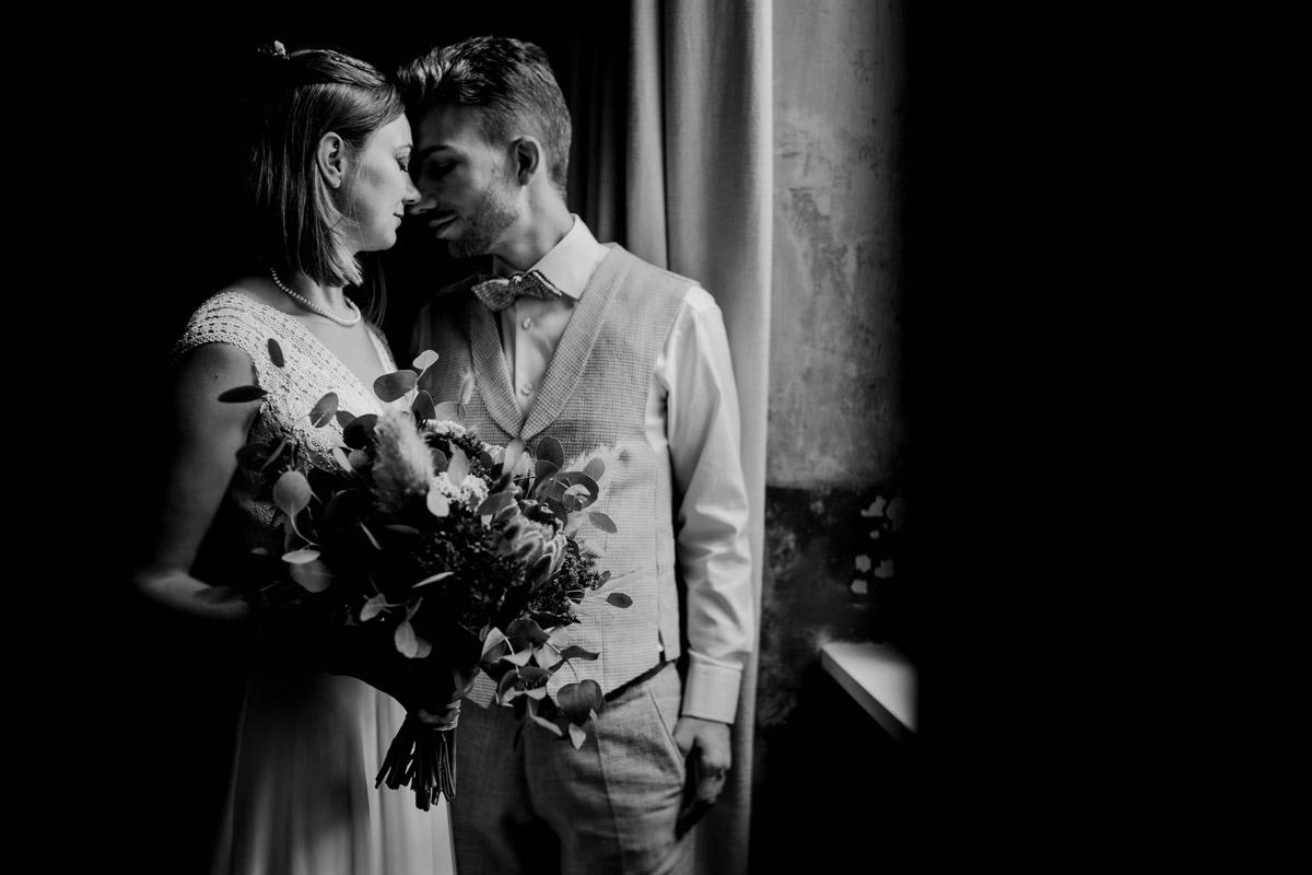 Hochzeitsfotos Vintage Hochzeit - Standesamt Hochzeitsfotograf Berlin im Rathaus Spandau und im Ballsaal Studio auf Hochzeit zu zweit im Winter © www.hochzeitslicht.de #hochzeitslicht