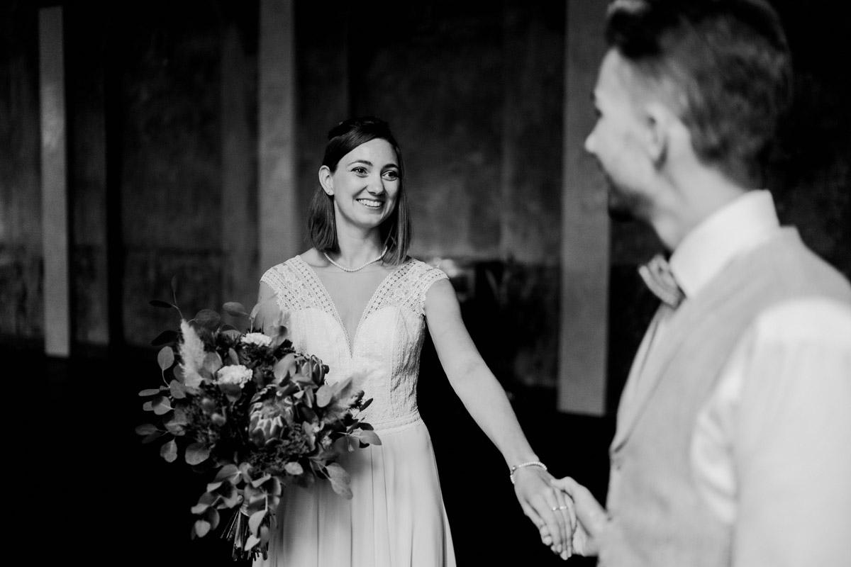 Hochzeitsfoto Schwarz Weiß - Standesamt Hochzeitsfotograf Berlin im Rathaus Spandau und im Ballsaal Studio auf Hochzeit zu zweit im Winter © www.hochzeitslicht.de #hochzeitslicht
