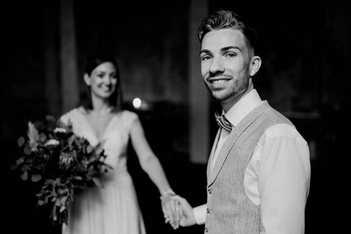 Idee Hochzeitsfoto Brautpaar - Standesamt Hochzeitsfotograf Berlin im Rathaus Spandau und im Ballsaal Studio auf Hochzeit zu zweit im Winter © www.hochzeitslicht.de #hochzeitslicht