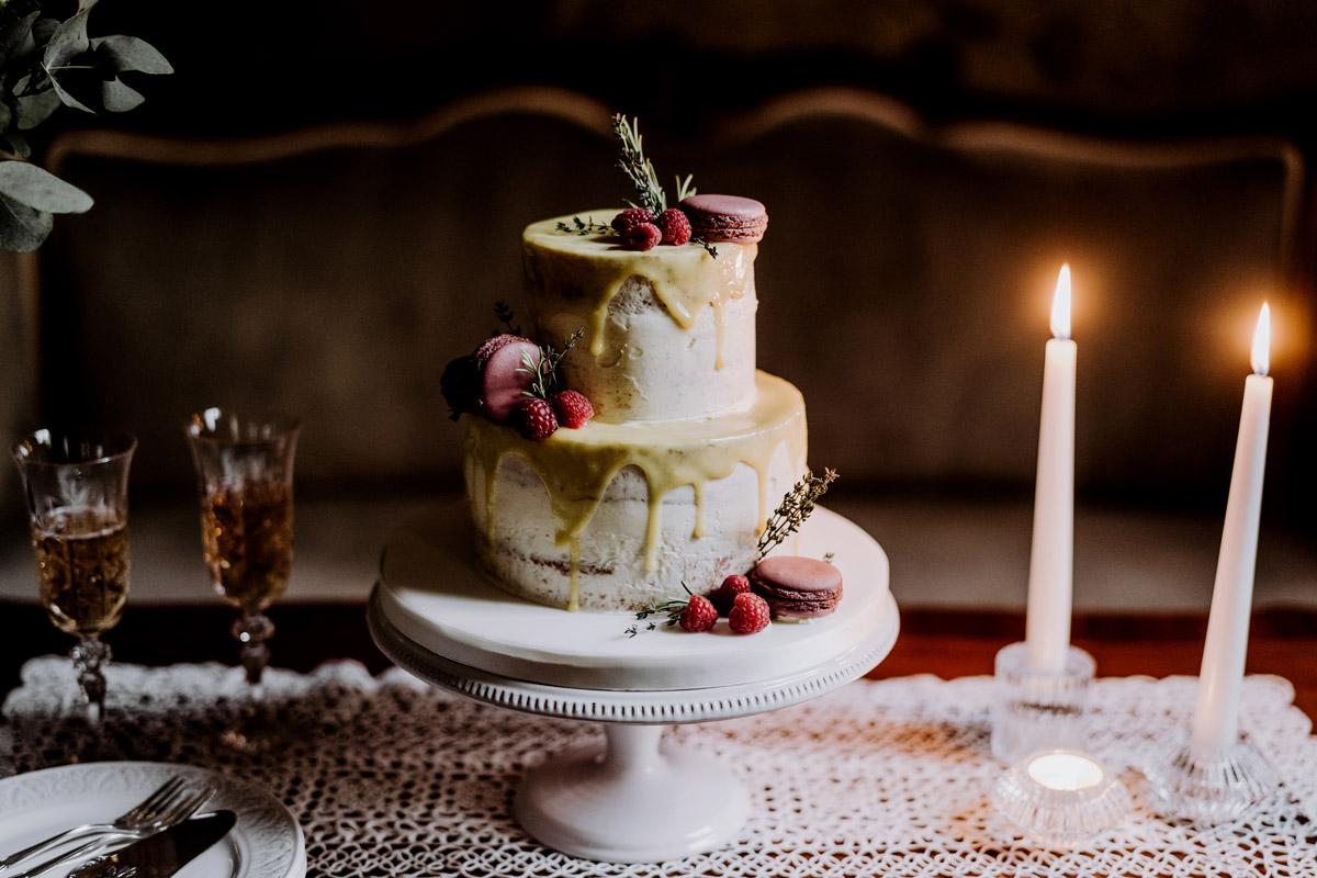 kleine Hochzeitstorte Hochzeit zu zweit - Standesamt Hochzeitsfotograf Berlin im Rathaus Spandau und im Ballsaal Studio auf Hochzeit zu zweit im Winter © www.hochzeitslicht.de #hochzeitslicht