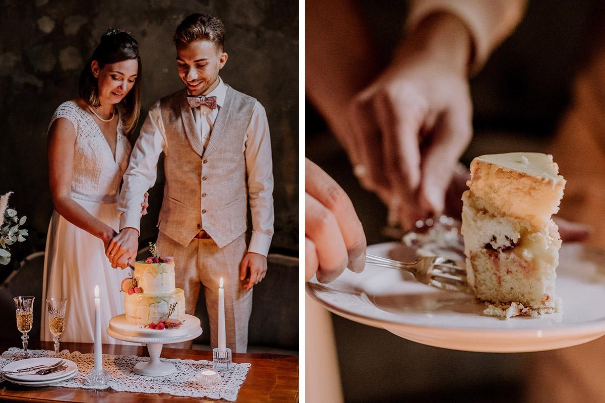 Kleine Torte Hochzeit ohne Gäste - Standesamt Hochzeitsfotograf Berlin im Rathaus Spandau und im Ballsaal Studio auf Hochzeit zu zweit im Winter © www.hochzeitslicht.de #hochzeitslicht