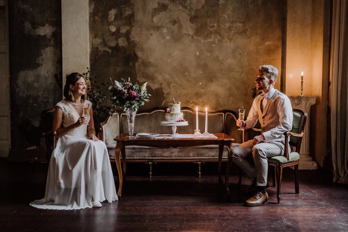Hochzeitsfeier ohne Gäste - Standesamt Hochzeitsfotograf Berlin im Rathaus Spandau und im Ballsaal Studio auf Hochzeit zu zweit im Winter © www.hochzeitslicht.de #hochzeitslicht