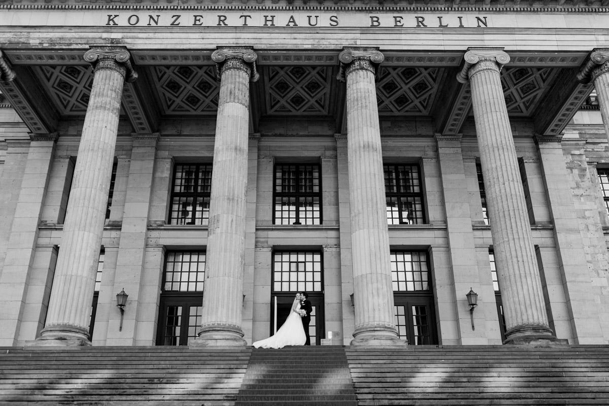 Idee Hochzeitsfoto Brautpaar klassisch - Hotel Hochzeit in Berlin im Titanic am Gendarmenmarkt nach kirchlicher Trauung in der St. Johannes Basilika von Hochzeitsfotograf © www.hochzeitslicht.de #hochzeitslicht