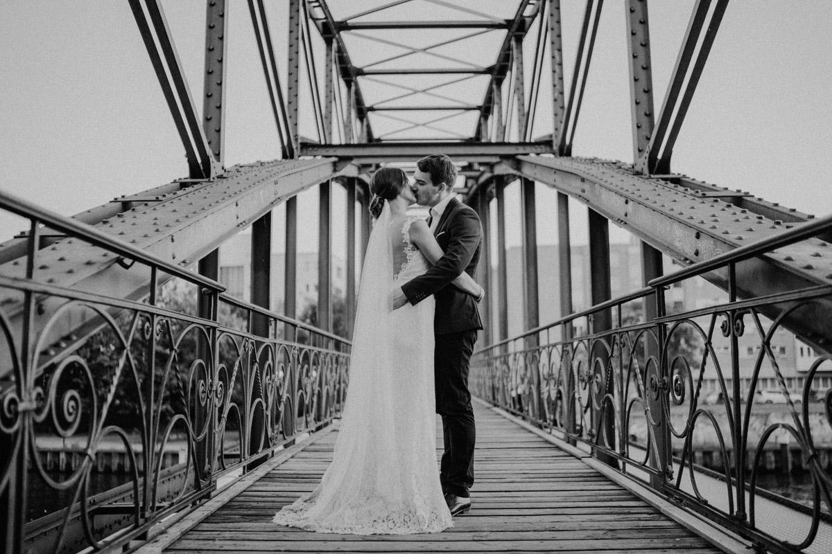 Idee Pose Hochzeitsfotos - Villa Kogge Standesamt Schmargendorf Hochzeit von Hochzeitsfotograf Berlin © www.hochzeitslicht.de #hochzeitslicht