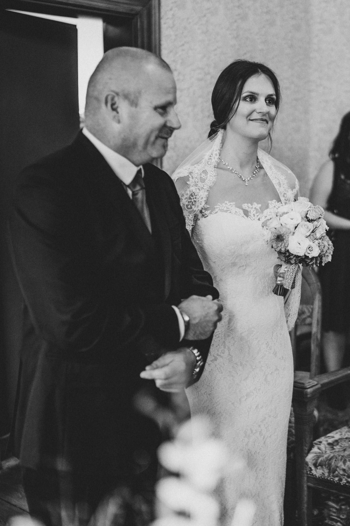 Standesamt Berlin Hochzeit: Braut im Hochzeitskleid wird von ihrem Vater in die Villa Kogge geführt, um standesamtlich zu heiraten. Mehr zu Berlins Standesämtern auf unseren #hochzeitslicht Webseiten © www.hochzeitslicht.de