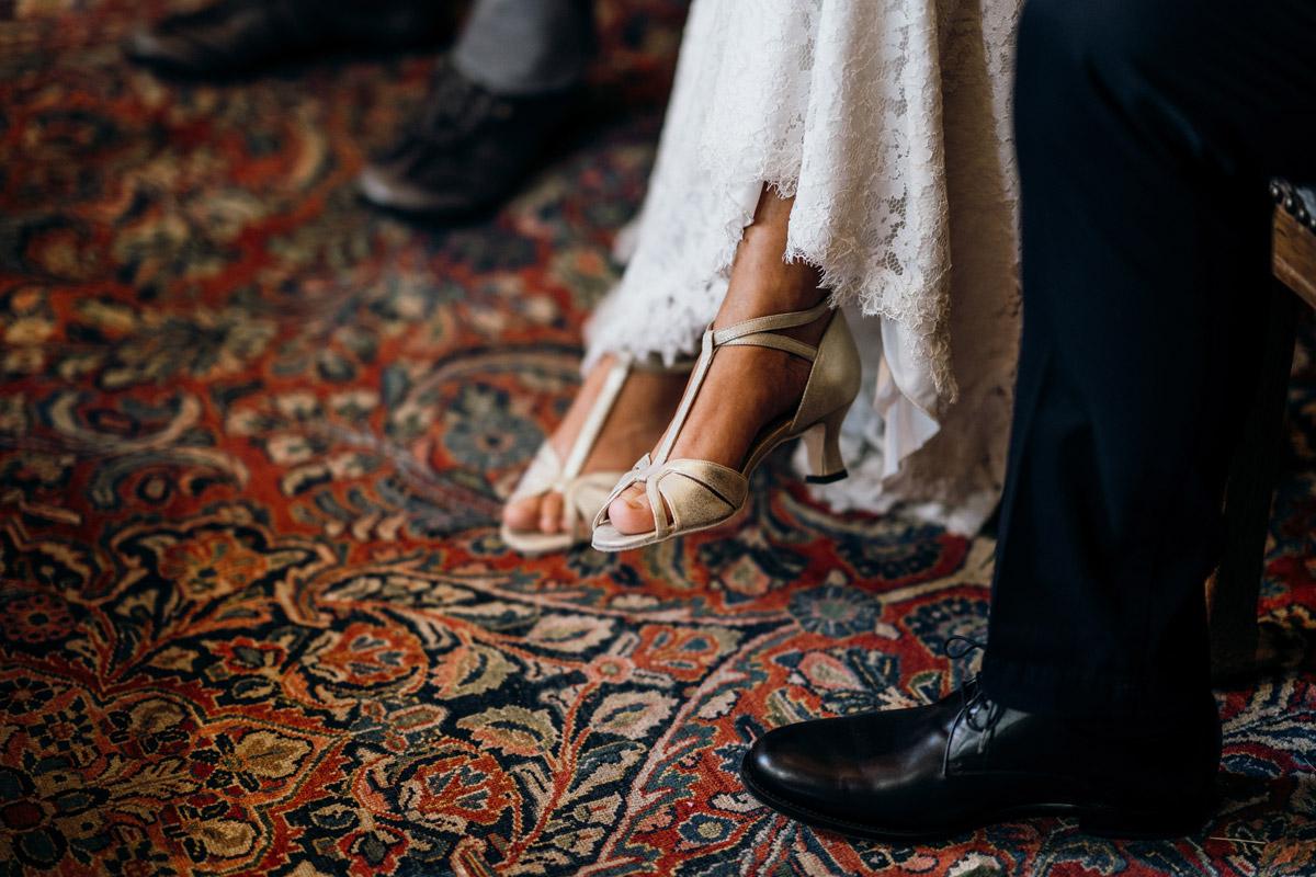 Brautschuhe Standesamt - Villa Kogge Standesamt Schmargendorf Hochzeit von Hochzeitsfotograf Berlin © www.hochzeitslicht.de #hochzeitslicht