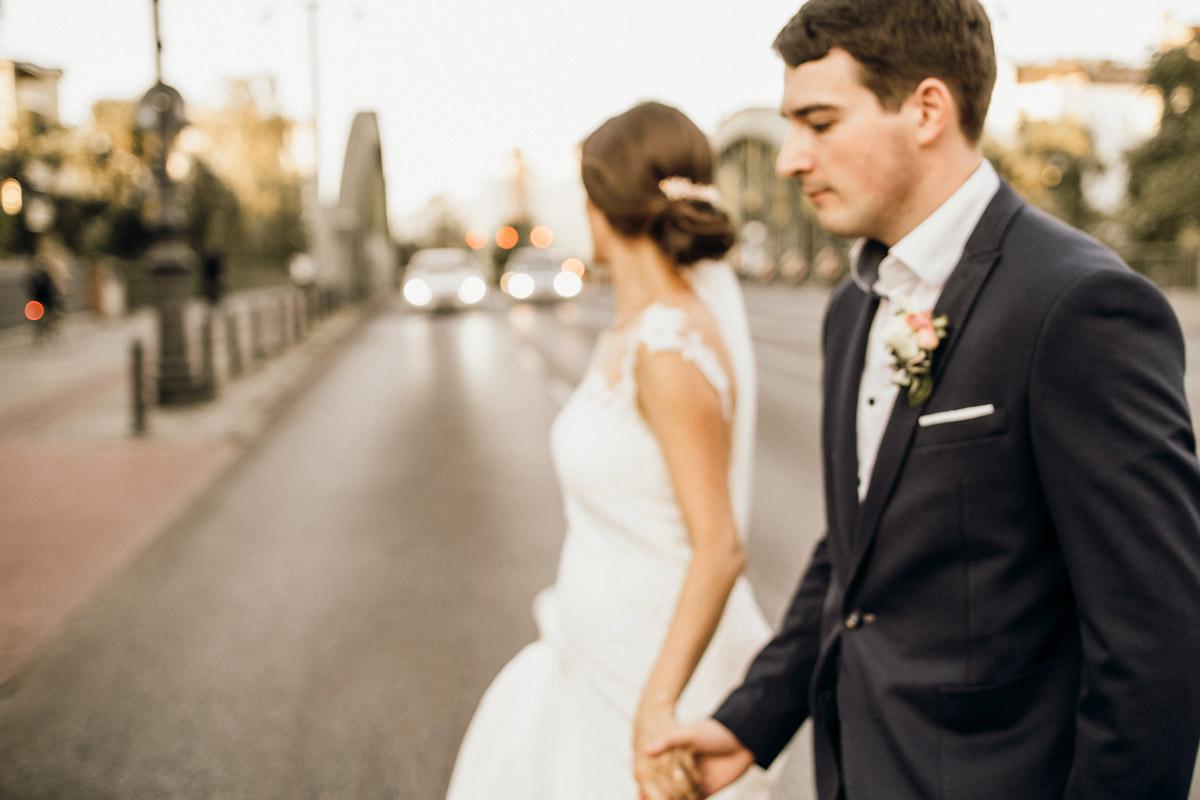 Fotoshooting Hochzeitspaar nach Standesamt - Villa Kogge Standesamt Schmargendorf Hochzeit von Hochzeitsfotograf Berlin © www.hochzeitslicht.de #hochzeitslicht