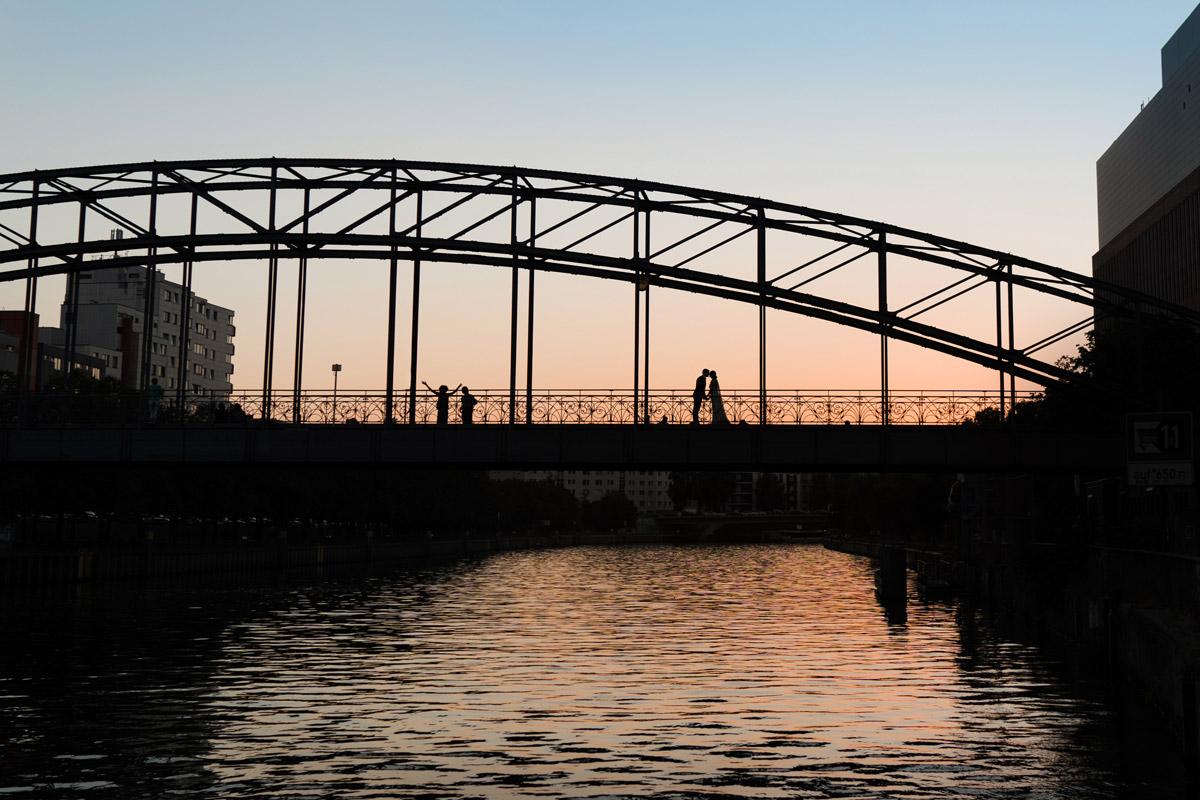 Idee Hochzeitsfoto Silhouette Brautpaar Sonnenuntergang Brücke - Villa Kogge Standesamt Schmargendorf Hochzeit von Hochzeitsfotograf Berlin © www.hochzeitslicht.de #hochzeitslicht