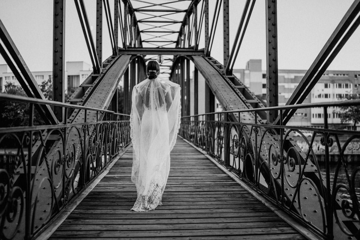 Hochzeitskleid langer Schleier Standesamt - Villa Kogge Standesamt Schmargendorf Hochzeit von Hochzeitsfotograf Berlin © www.hochzeitslicht.de #hochzeitslicht