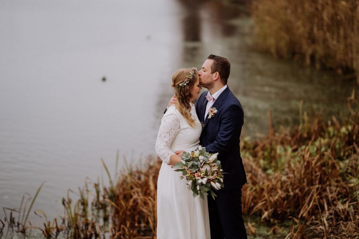 Winterhochzeit am See - Standesamt Rathaus Potsdam Hochzeitsfotograf © www.hochzeitslicht.de #hochzeitslicht Hochzeitsblog mit Hochzeitsfotos von schwangere Braut im Winter in einem Park