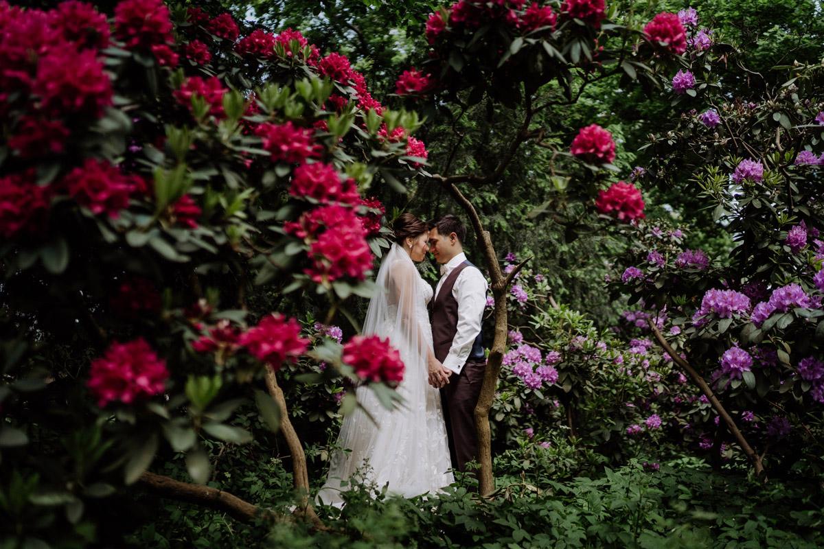 Idee Fotoshooting Hochzeitspaar - Standesamt Berlin Rathaus Treptow-Köpenick Hochzeitsfotograf © www.hochzeitslicht.de #hochzeitslicht Hochzeitsblog mit Hochzeitsfotos schwangere Braut und Feier im Schlosscafé