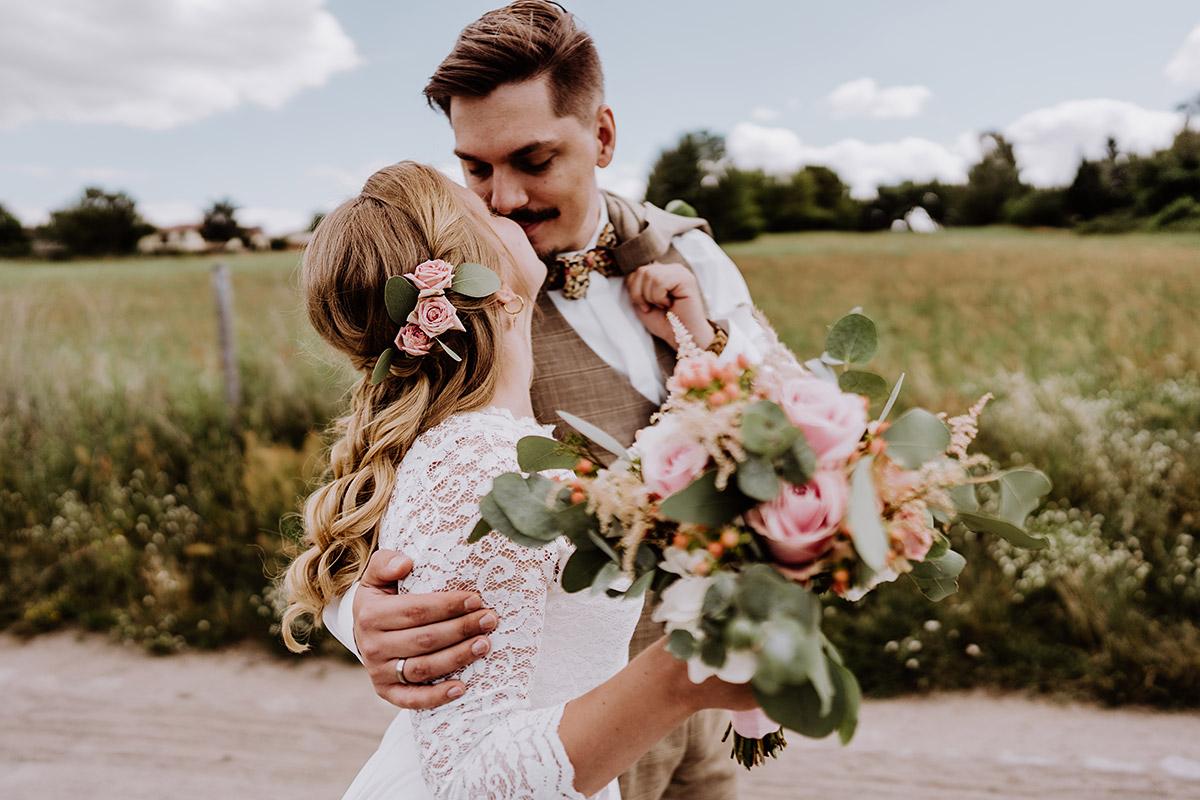 Idee Pose natürlich Fotoshooting Brautpaar - Standesamt Berlin Rathaus Pankow Hochzeitsfotograf © www.hochzeitslicht.de #hochzeitslicht Garten DIY-Hochzeit Ideen im Hochzeitsblog