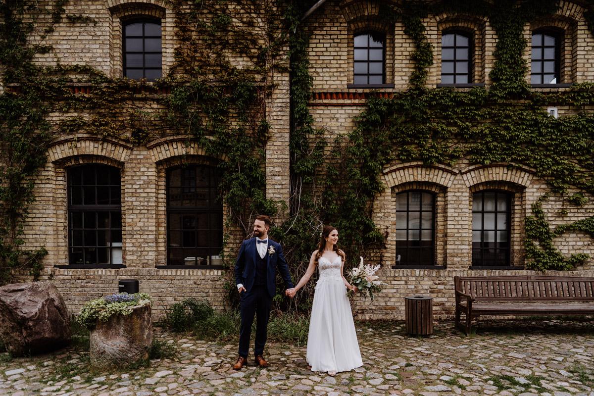Hochzeitspaar vor Mauer mit Efeu - Schloss Britz Berlin vintage Hochzeit im Regen freie Trauung im Schlosspark - mehr Ideen im Hochzeitsblog © www.hochzeitslicht.de #hochzeitslicht